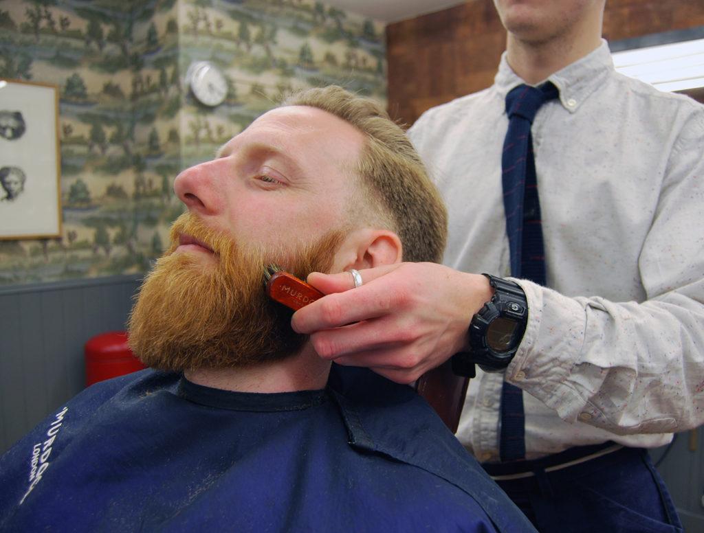 Бритье и расчесывание бороды