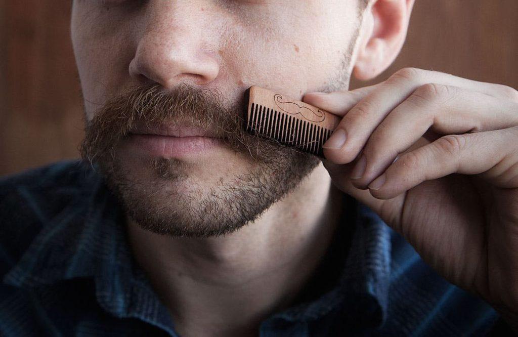 Расчесывание бороды и усов